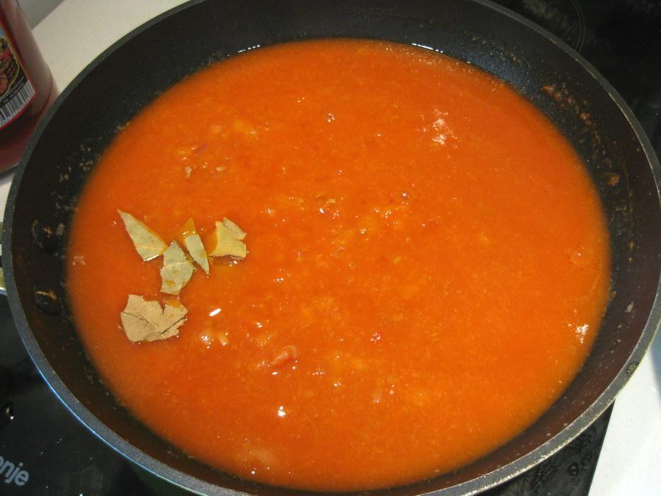 Добавить томатной пасты