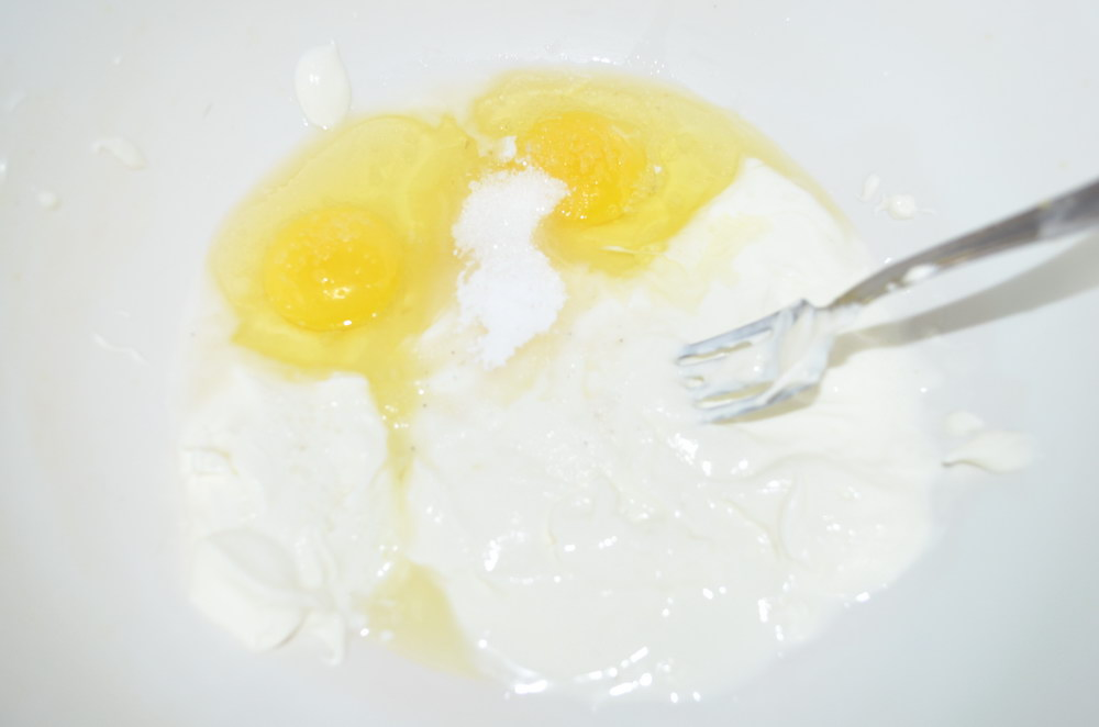 Яйцо, молоко и сметану добавляем в миску