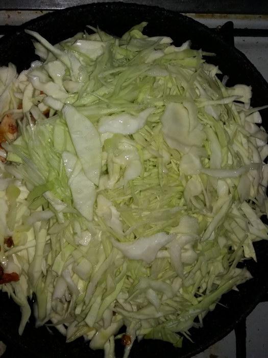Шинкуем капусту и добавляем на сковороду
