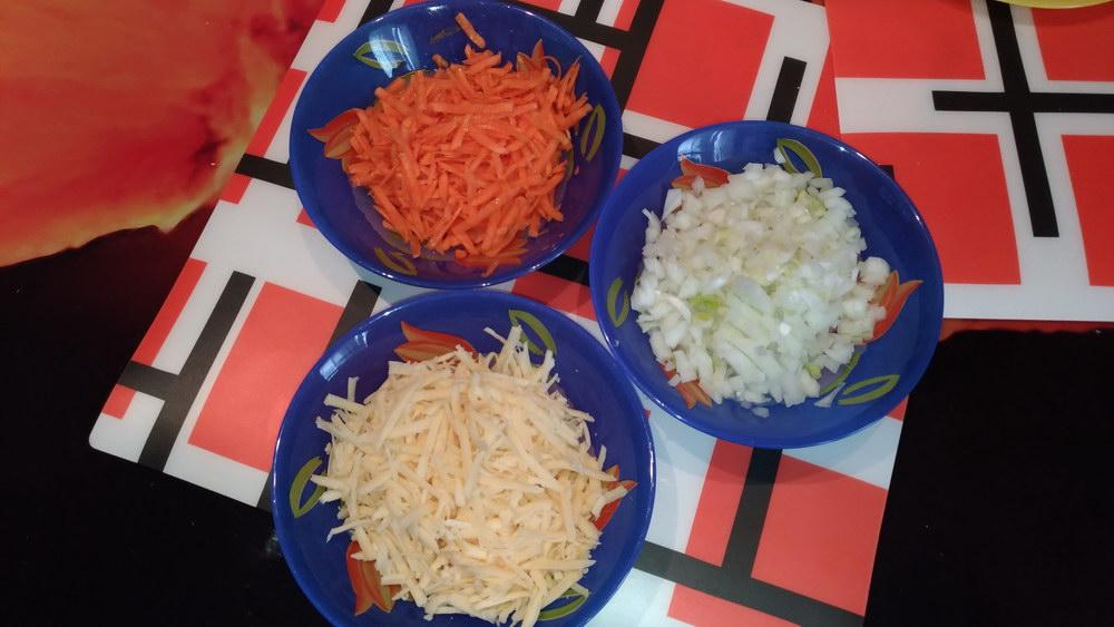 Натереть лук, морковь и сыр