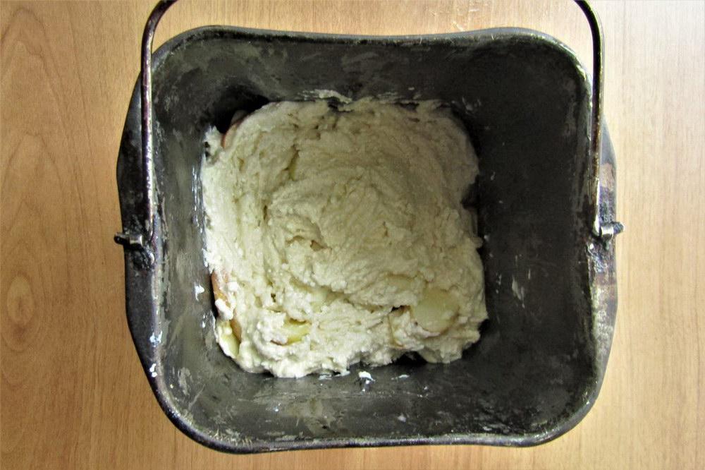Выложить яблоки в форму, а сверху залить тесто