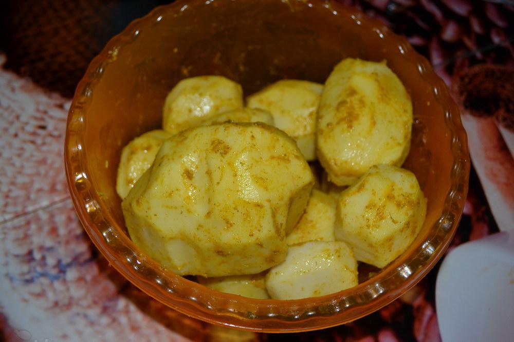 Перемешать в специях картофель
