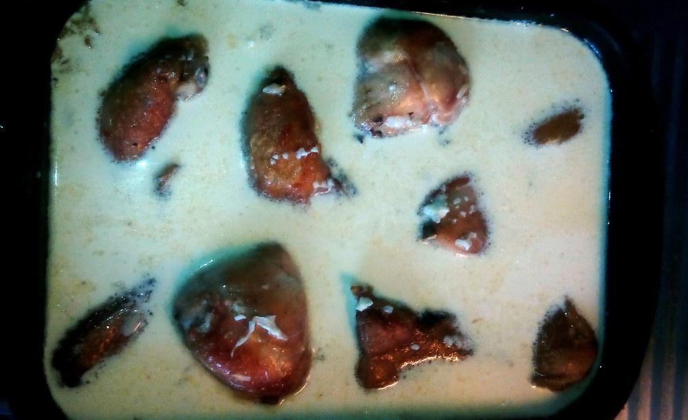 Добавляем соус к курице и рису