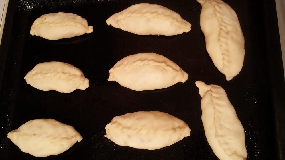 Формуем пирожки и ставим в духовку