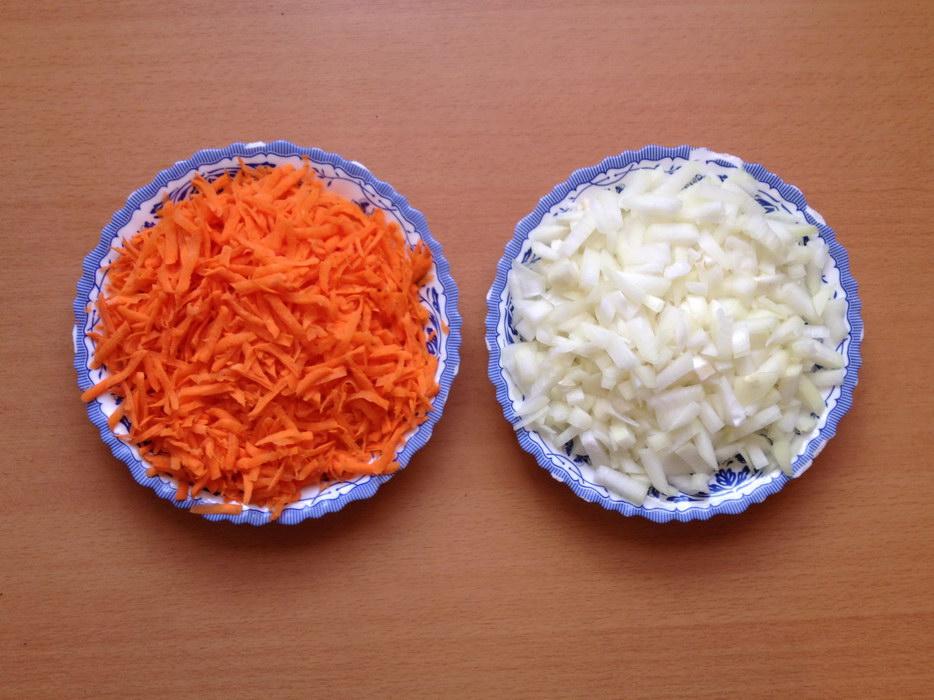 Овощи натереть и нарезать лук