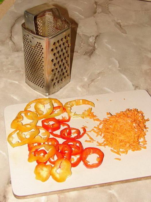 Нарезаем зажарку из овощей