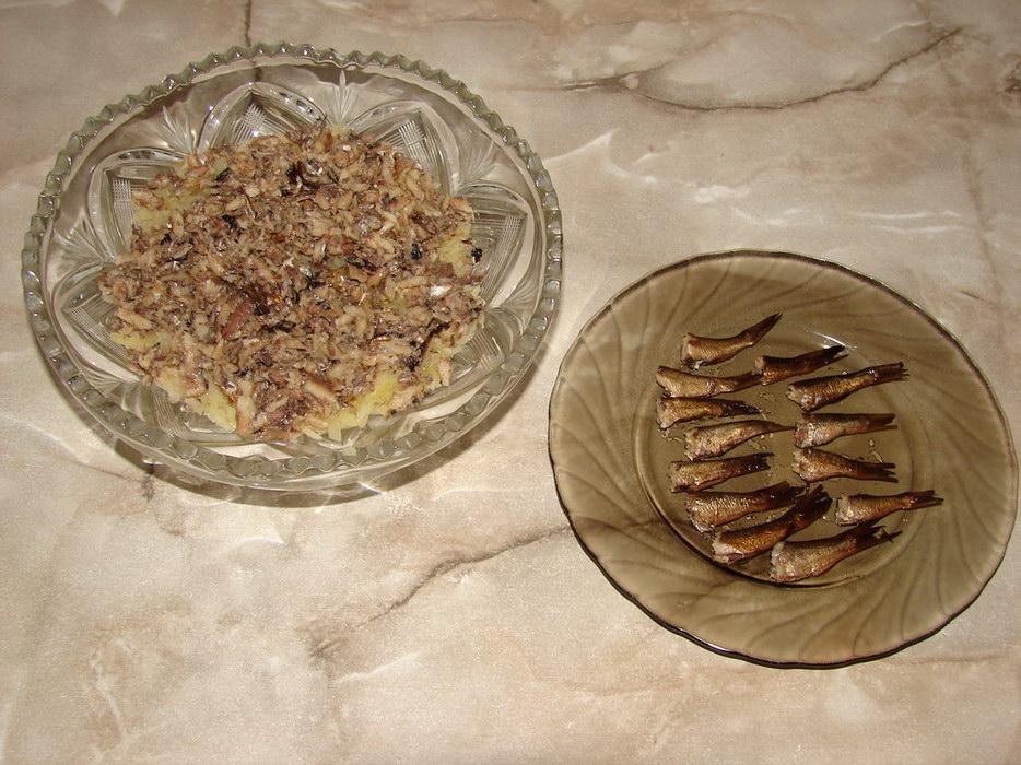 Отрываем хвостики шпрот и трём остатки рыбы