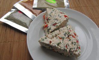 Домашний сыр с укропом и сладким перцем