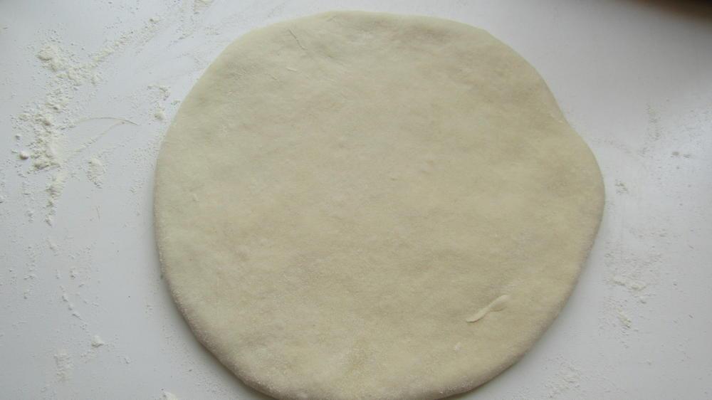 Лепешку кладём на сковороду