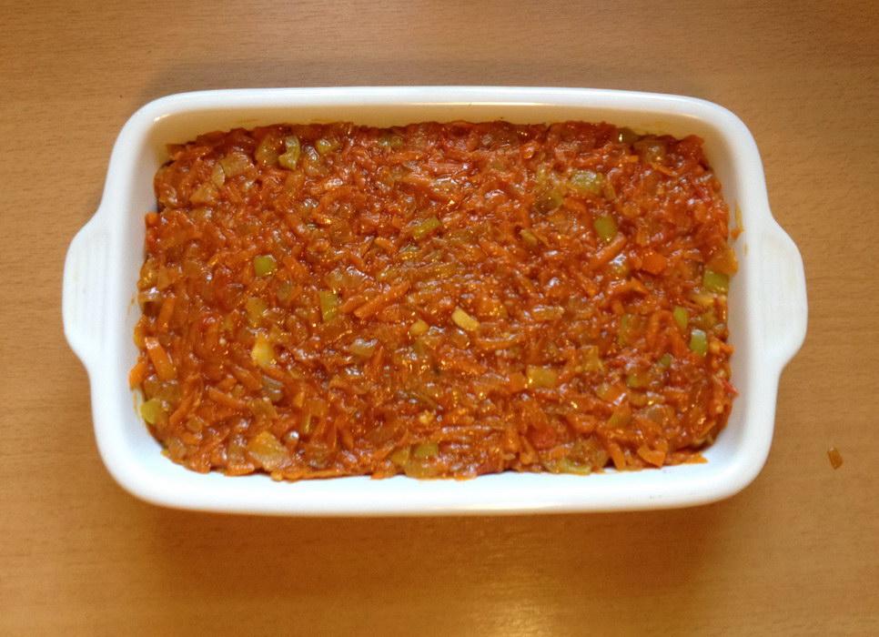 Положить слой овощей