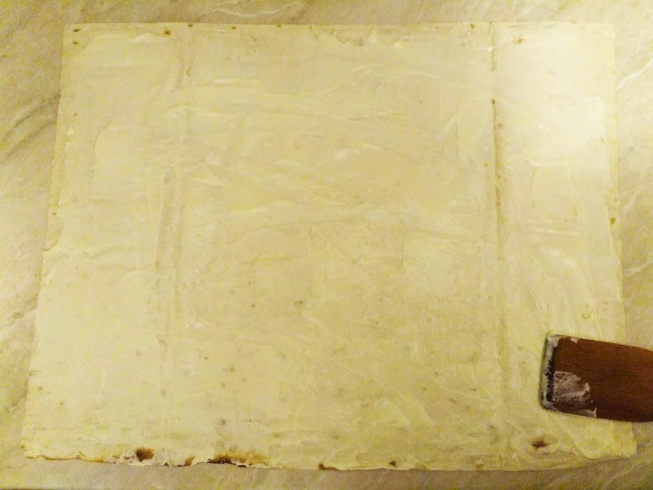 Намажте лаваш плавленным сыром
