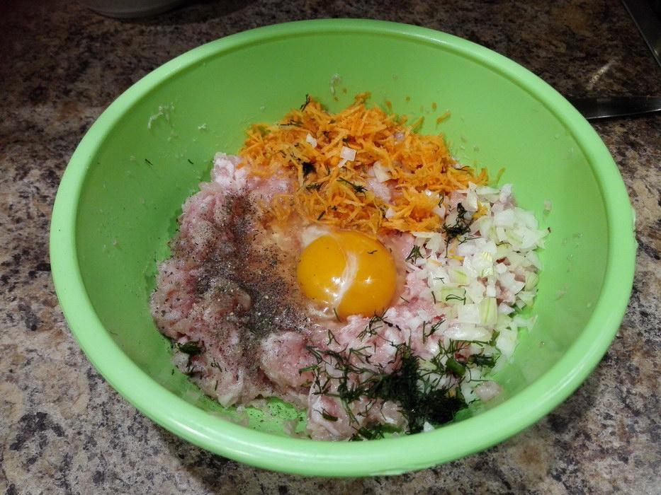 Добавить яйцо и овощи