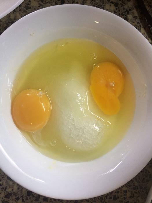 Добавить яйца к сахару