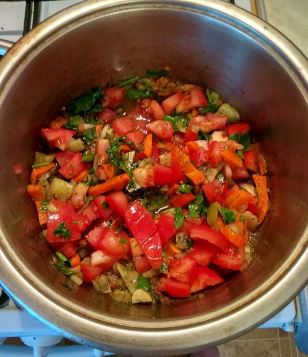 Нарезаем помидоры и в кастрюлю