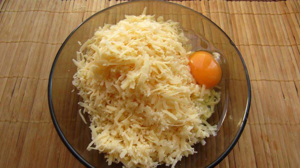 Натереть сыр и добавить яйцо