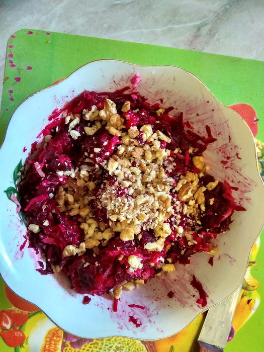 Добавить орехи в салат