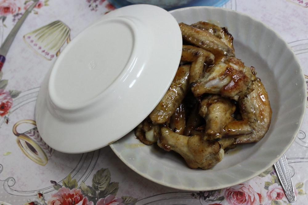Перемешиваем в тарелке готовые крылышки в соусе