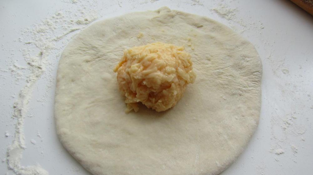 Раскатать тесто и положить сыр