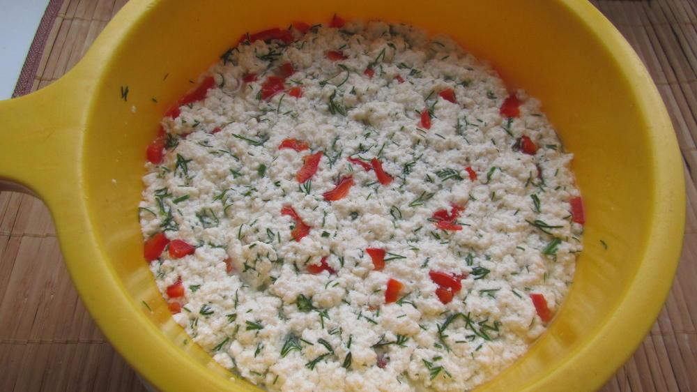 Переложить сырную массу в дуршлак