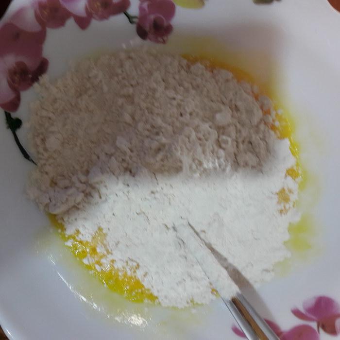 Готовим тесто - смешиваем муку и яйца
