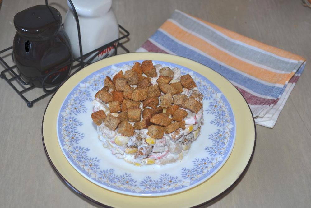 Новый вкус - САЛАТ из крабовых палочек с сухариками