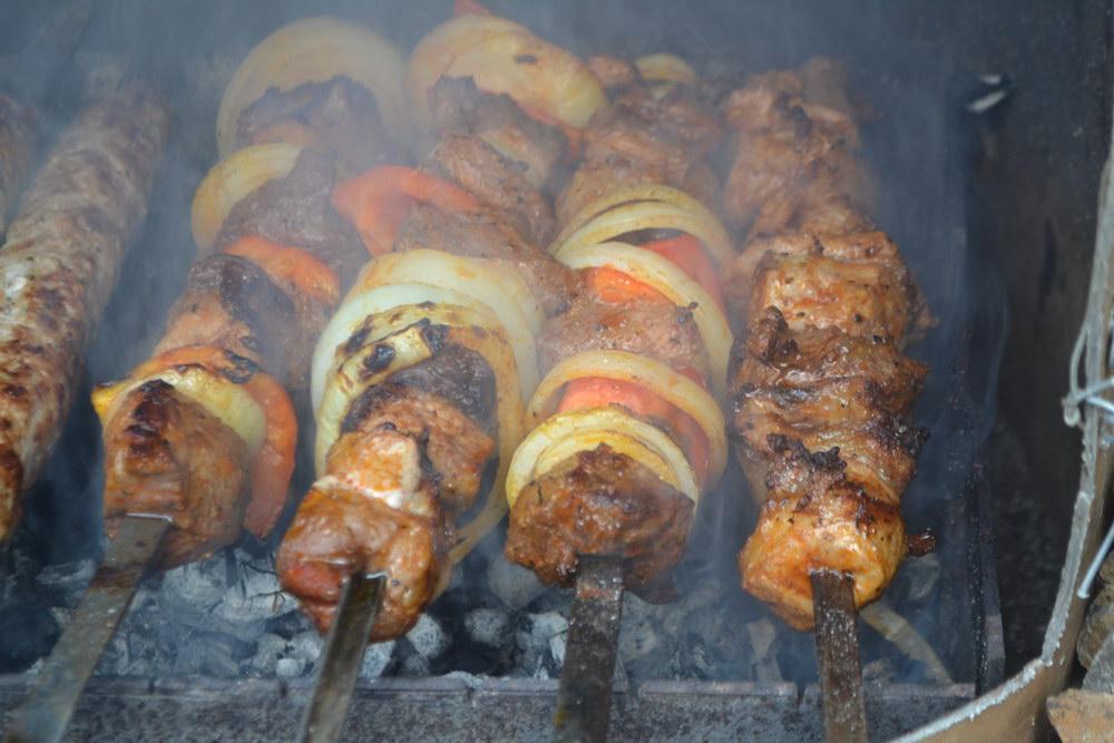 Нанизывать чередуя мясо, лук, перец