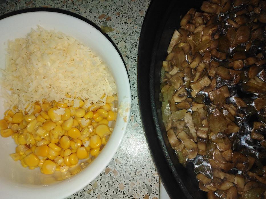 Обжарить лук и подготовить кукурузу
