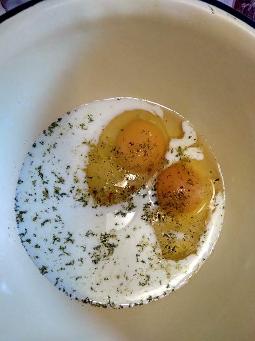 Яйца смешиваем с приправами