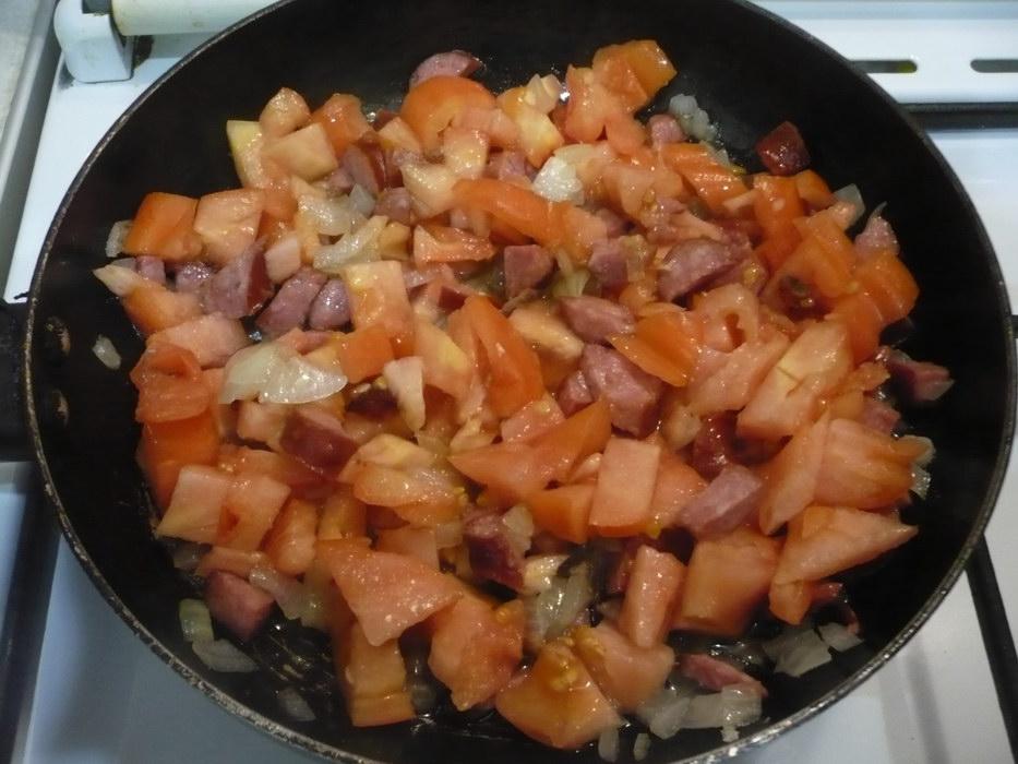 Добавляем овощи и обжариваем