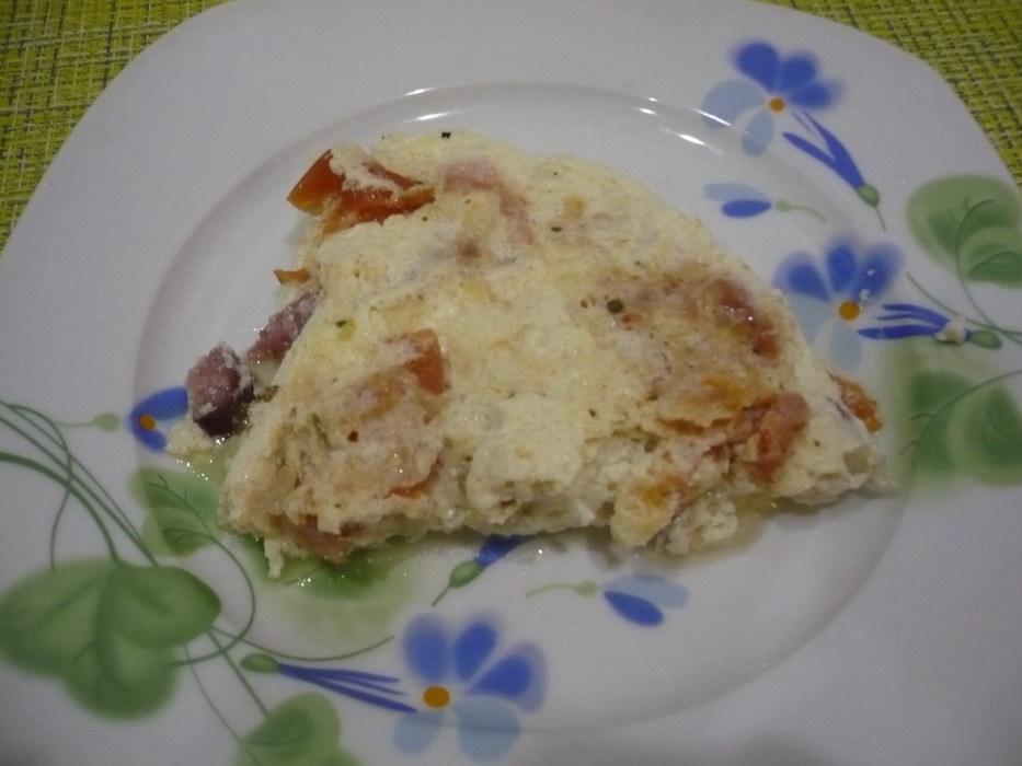 Омлет с овощами и копченой колбаской