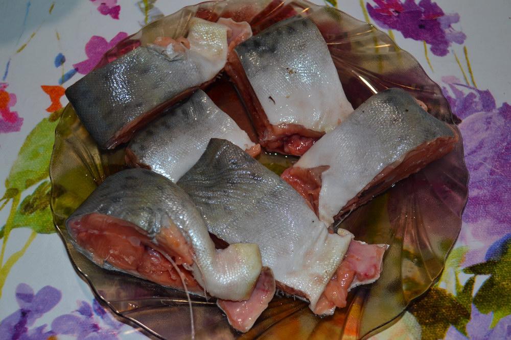 Очистить и нарезать рыбу