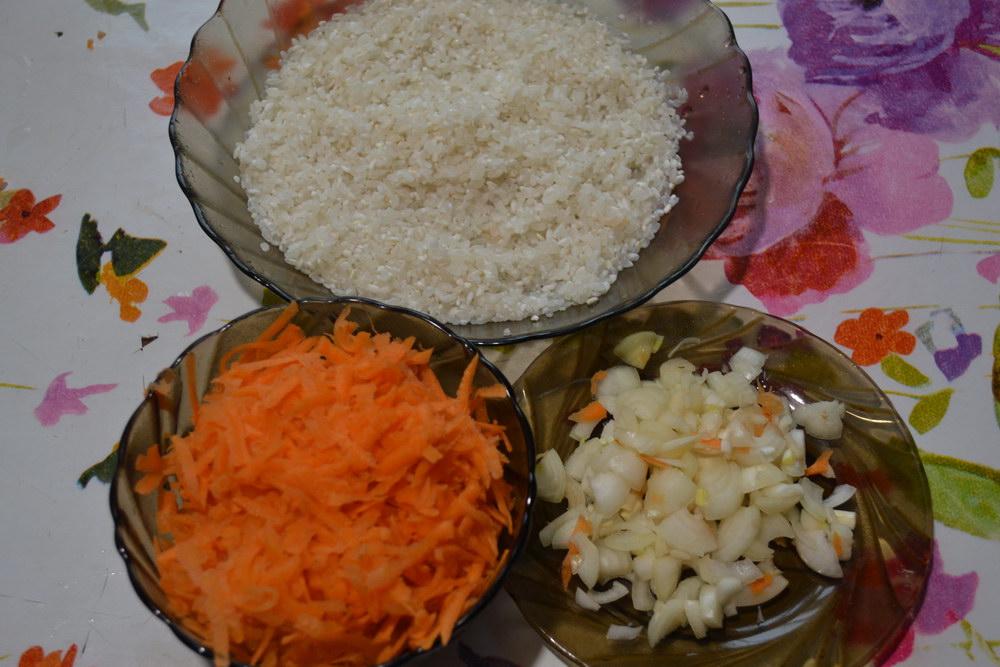 Промыть рис и натереть морковь