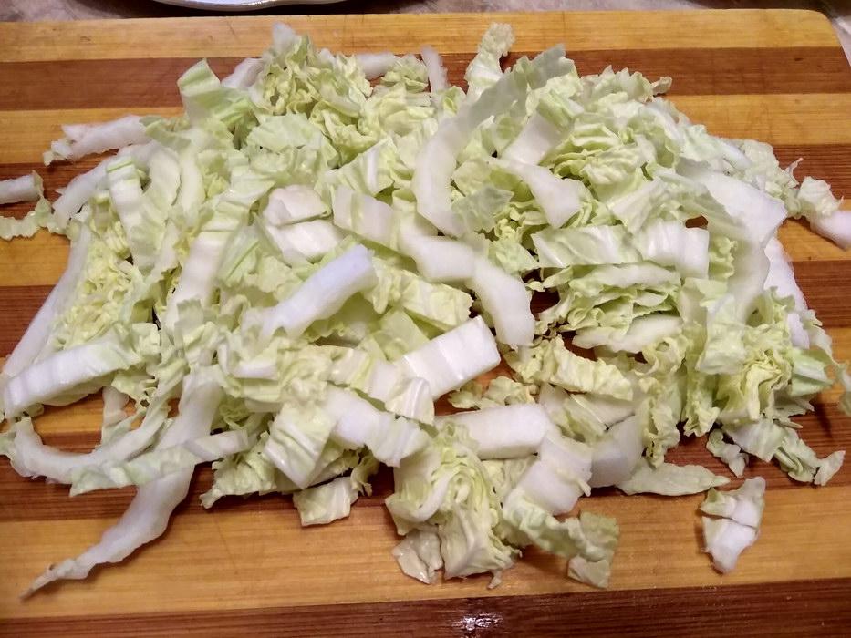 Нарезать китайскую капусту