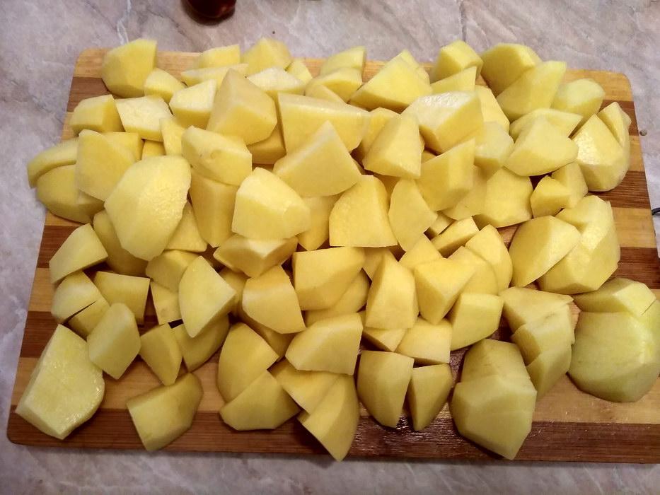 Нарезать крупными кубиками картофель
