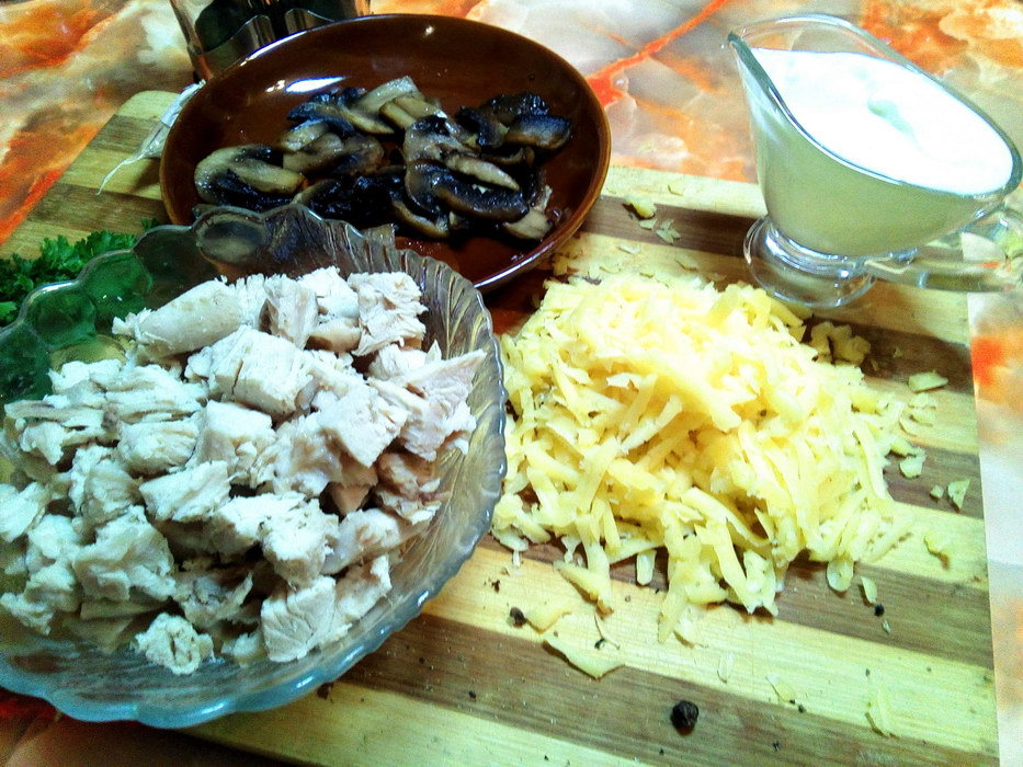 Мясо нарезаем кубиками, грибы обжариваем, сыр натираем