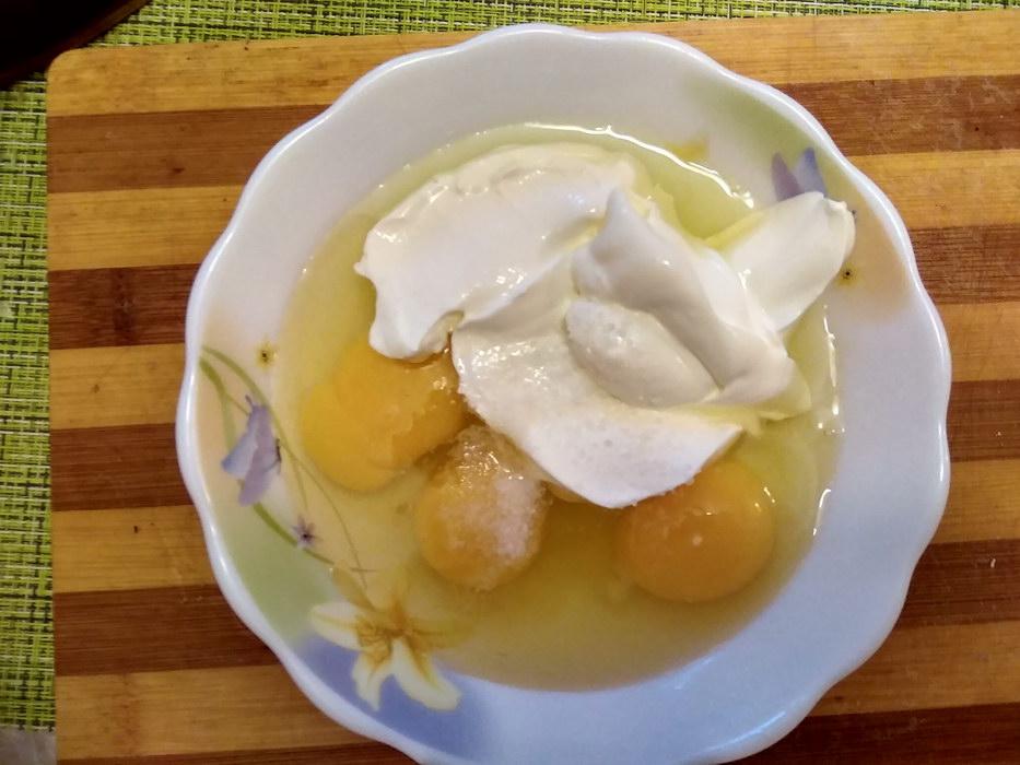 Смешиваем яйца со сментаной