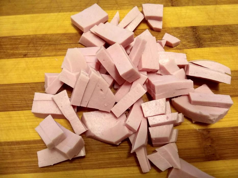 Нарезать колбасу соломкой