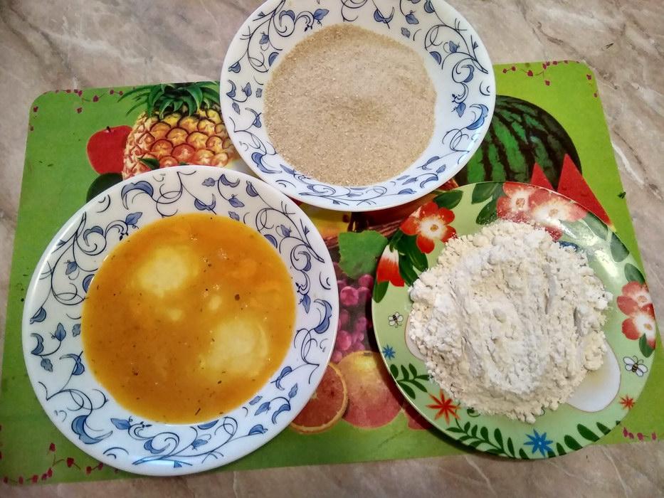 Подготовим тарелки для панировки