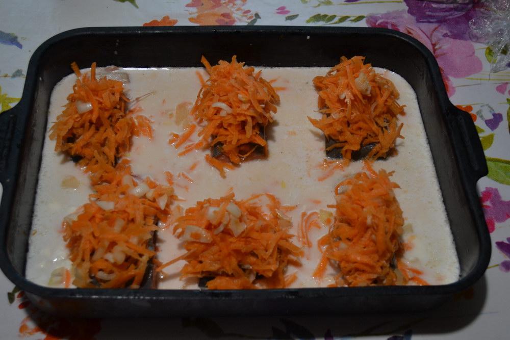 Сверху кладём морковь и лук