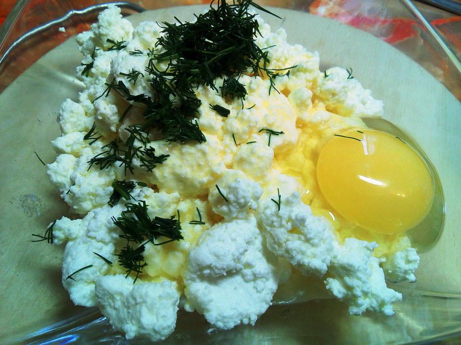 Смешиваем яйца, творог и зелень