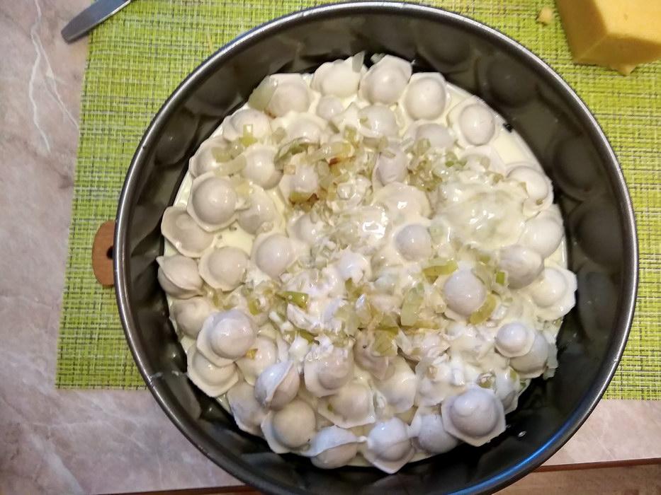 Заливаем смесью яиц и сметаны