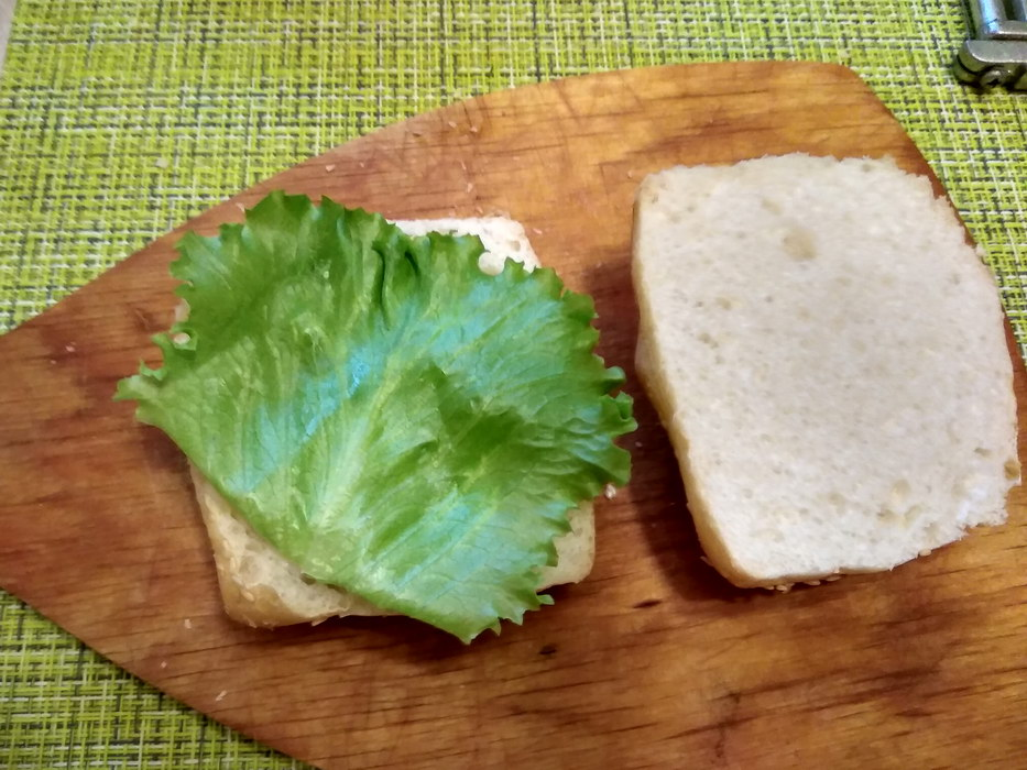 Кладём лист салата