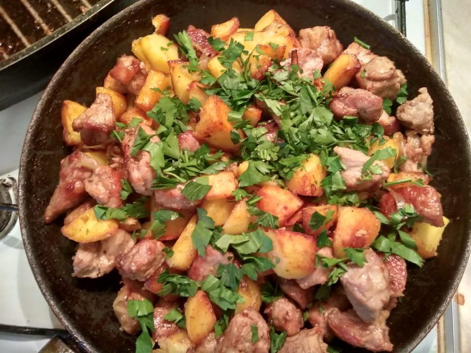 Смешиваем картофель, мясо и зелень