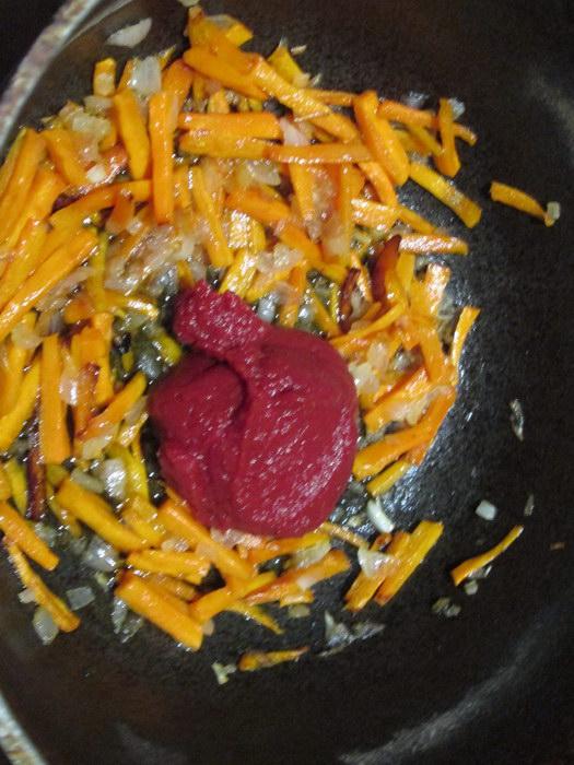 Поджариваем овощи с томатной пастой