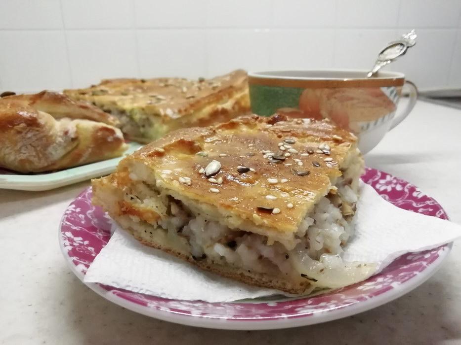 Простой рыбный пирог с рисом
