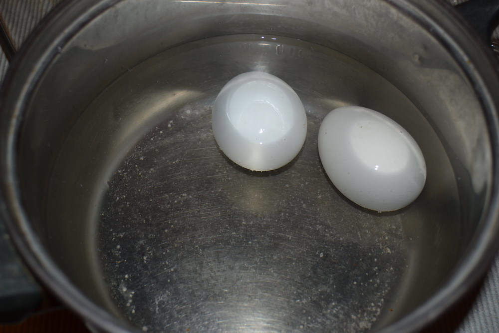 Отварим яйца