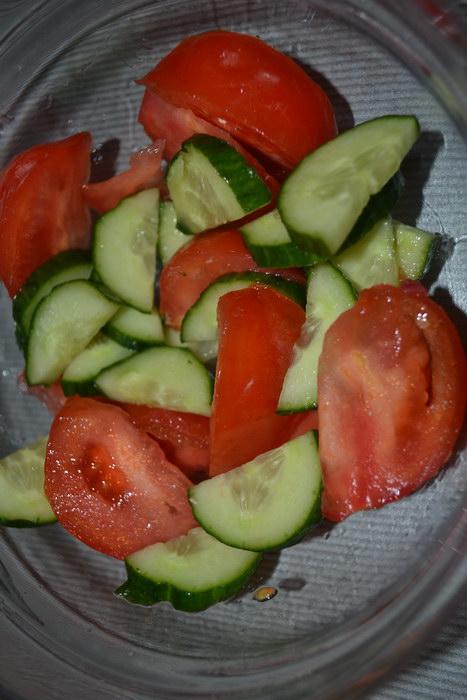 Крупно нарезать огурец и помидор