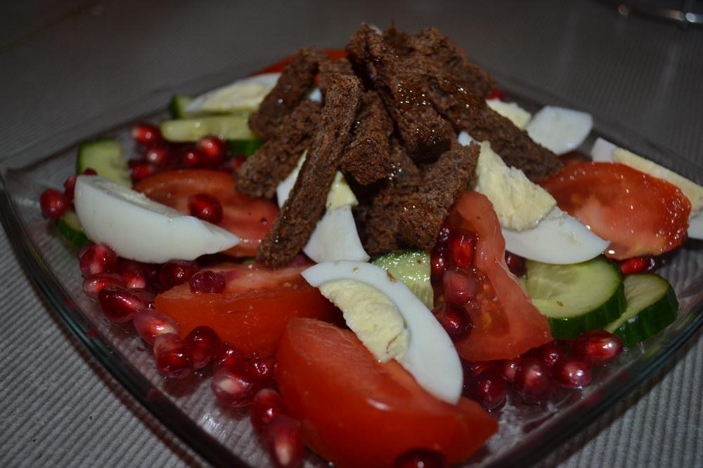 Салат с гренками из бородинского хлеба и гранатом