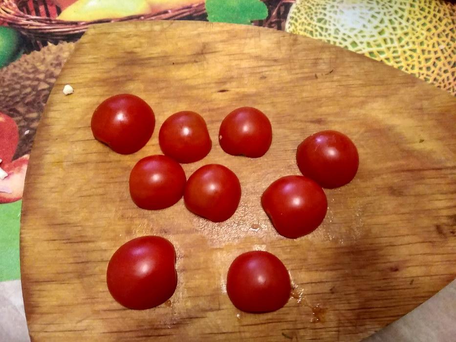 Порезать помидоры чери пополам