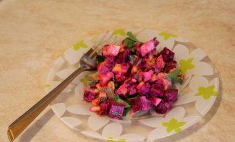 Свекольный салат с яблоком и сыром